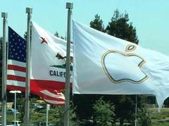 苹果总部挂骄傲旗帜 为庆祝同性婚姻合法