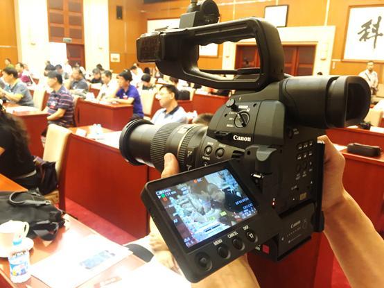 使用佳能C100 Mark II拍摄会议记录视频
