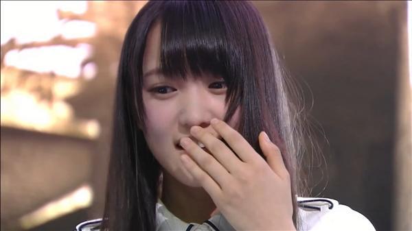 日本女团成员玩《生化危机7》吓到扔手柄