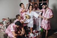 """电脑工程新娘无女性朋友 邀来""""兄弟团""""拍疯狂婚照"""