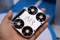 能放进手机壳里的无人机 AirSelfie亮相上海CES