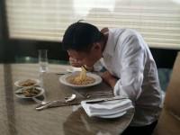 中国首富也在吃泡面,年轻人还有理由不奋斗?