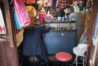 是因为日本治安太好?摄影师街拍醉酒在街头的男女
