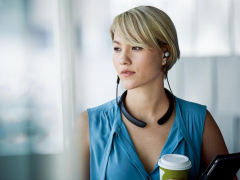 外出佩戴更加便捷舒适   挂颈式无线蓝牙耳机推荐