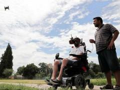 永不放弃的精神—四肢瘫痪的残疾人也能驾驶无人机