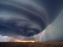 想不想亲身体验一次被龙卷风吞噬的经历?