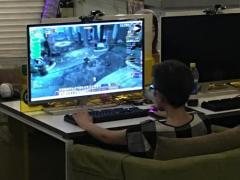 这才是真正的骨灰级玩家 60岁老太网吧玩《魔兽世界》