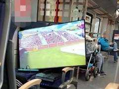 怎一个爽字了得!国外小伙在火车上用电视+PS4玩游戏