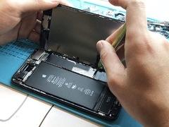 """苹果""""降频门""""不止变卡变慢!老旧iPhone基本功能竟全受限制!"""