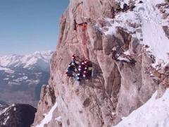并不是错觉 瑞士学生攀上阿尔卑斯山 90° 拍摄班级照