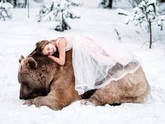 真战斗名族 俄罗斯摄影师拍摄318kg大灰熊与模特拥抱