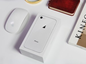 """精致的""""背影杀手""""款手机 iPhone 8银色版首发开箱"""