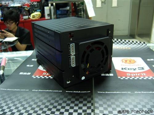 25寸光驱位上,可以看到在盒子两侧有螺丝位,除此之外这款硬盘盒它还有