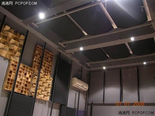 在全套器材安装完毕之后,整个影音室的改造也接近了尾声,墙面经透声布