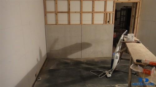 由于吸音墙龙骨是固定在减力墙上的
