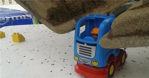男子用挖掘机组装乐高 拼的是技术流