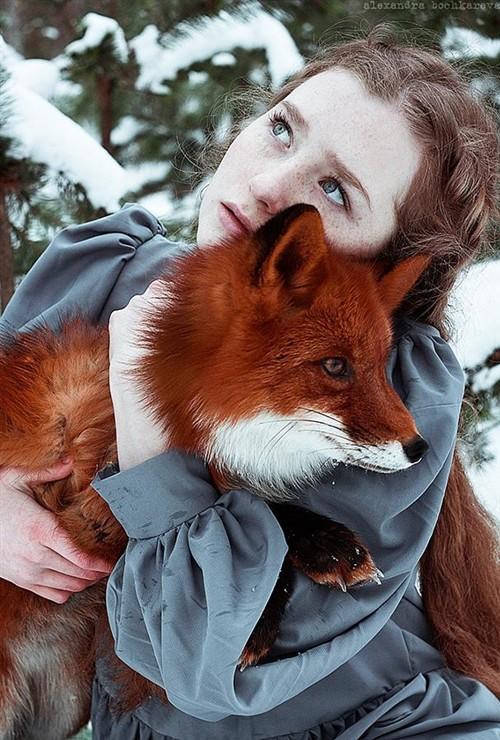 拍摄红发女孩与森林赤狐_-泡泡网