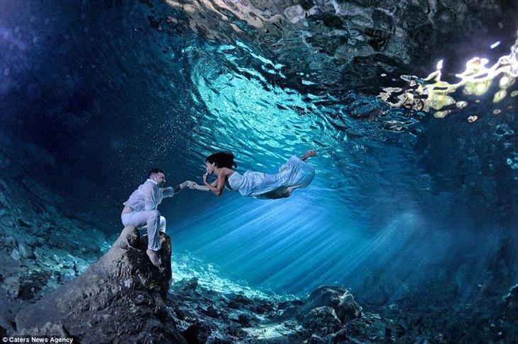 简直惊呆了!光影交錯的水底梦话婚纱照