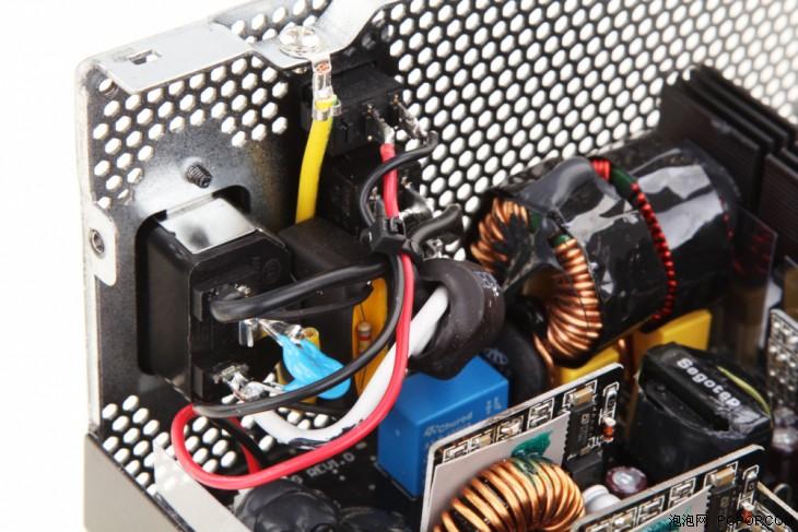 处的一级EMI电路展示,旁边的大线圈是二级EMI.-1080W白金 鑫谷图片