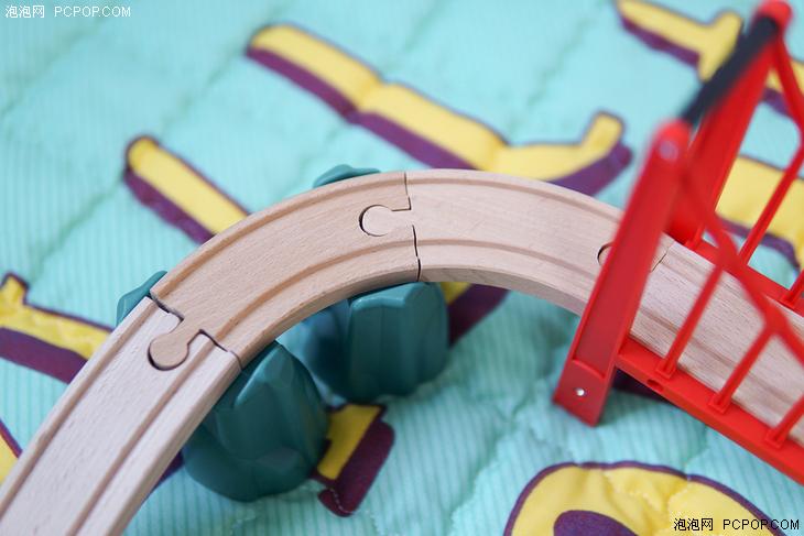 对于家长来说,玩具是否安全非常重要,米兔系列玩具在这方面一直都有着严苛的要求,所用的材质都安全可靠透明,轨道、吊桥、交通路牌、树木等场景道具均使用欧洲进口榉木及环保漆,塑料件道具用的是安全无污染的环保材质。写稿时米兔轨道积木电动火车套装的价格还没有公布,结合米兔其它玩具的售价,它的价格肯定不会太贵,孩子成长过程中应该来一套。 本文编辑:李伏胜 关注泡泡网,畅享科技生活。