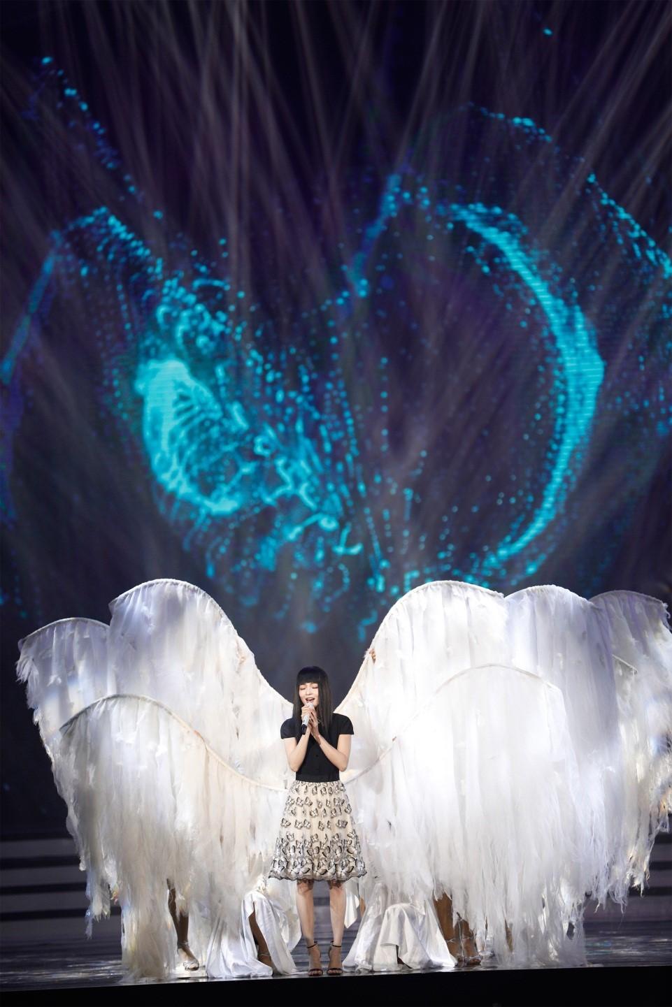 张韶涵灵动献唱《隐形的翅膀》
