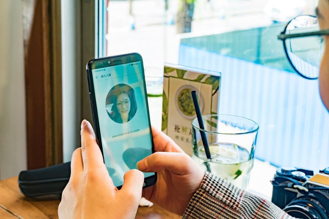 无视搞怪旗舰千元华为畅享8e人脸机表情解锁熊猫表情图谁发明的图片