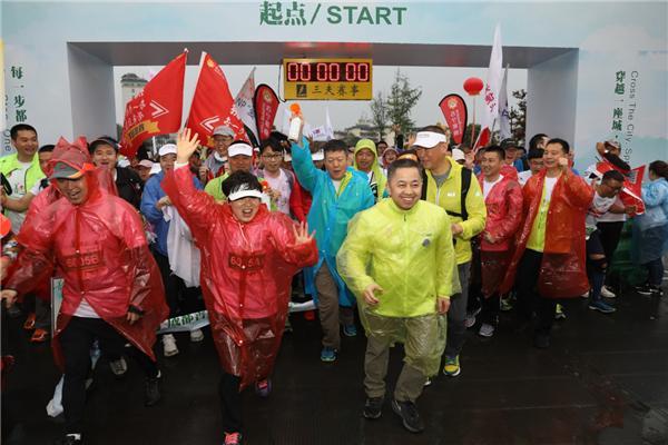 这里有一群冒雨徒步的人说,50公里只是一个数字,而爱心却不是