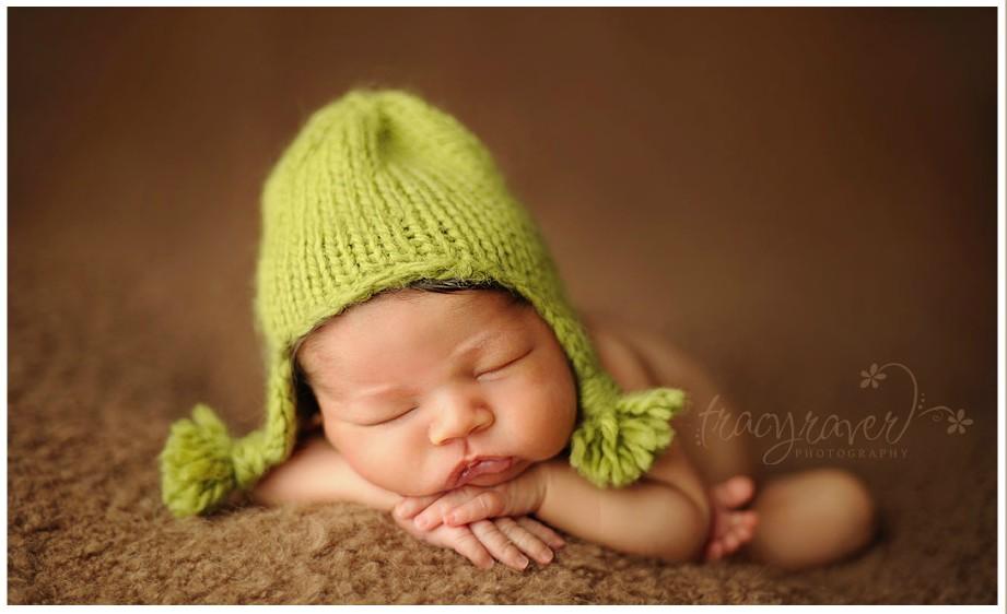 泡泡网数码相机频道11月10日 美国专门拍摄婴儿的摄影师Tracy Raver,自己有一个婴儿摄影工作室,她拍摄过无数初生baby。她镜头下的婴儿安静地蜷缩着,就像躺在母亲的怀抱里,让人看了温馨梦幻,不禁感到温暖又安心,柔软的肢体加上熟睡的姿态,让人觉得新生命是如此的神奇。Tracy Raver的作品风格简单自然,主要焦点在宝宝精致的小脸蛋上,同时选择的拍摄场景也十分有兴趣,草丛中、袜子里,甚至是挂在树上的小摇篮中,一个个仿佛是梦境里的小天使。 via: