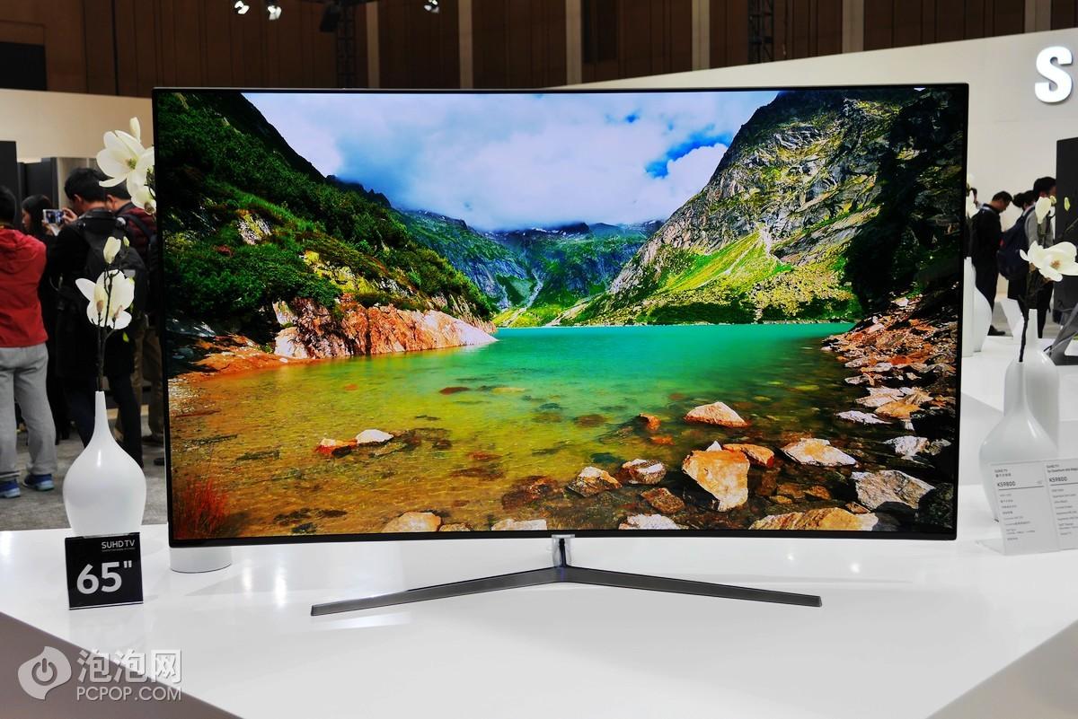 日前,三星电子在上海举行2016年非凡创新 改变生活三星中国论坛活动,全球首款无边框曲面电视亮相。全新升级的SUHD TV是第二代量子点电视,实现画质在亮度、色彩、清晰度上的一次质变,再次刷新了电视行业画质显示的最高标准。作为全球首款无边框曲面电视,旗舰型号KS9800具备无镉量子点、10bit、蛾眼仿生、HDR等创新技术,能够再现多达十亿种最纯净的色彩。创新研发的蛾眼仿生术深黑减反技术,可以在任何场景下以最小眩光呈现出淋漓尽致的细节。1000尼特的HDR高动态范围图像,为影像提供更高的明暗对比度,