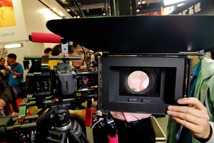 P&E2011 是专业电影摄像机还是5DII?