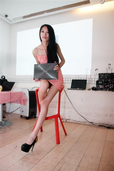 美女模特手持ZENBOOK Prime UX31A星月银坐在了吧椅上,网友们又图片