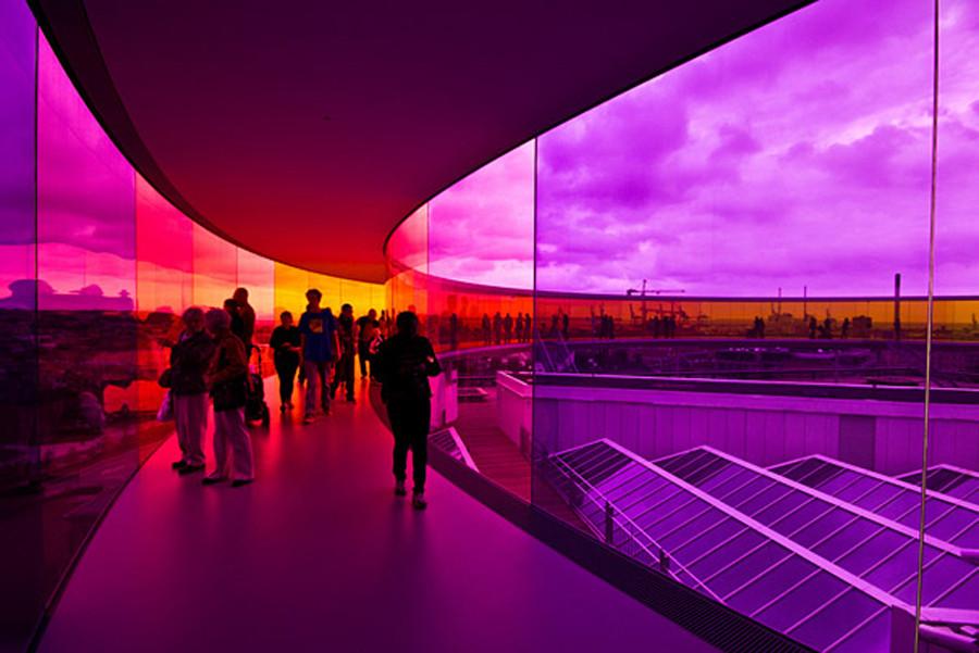 9/9 从远处看your rainbow panorama,建在丹麦的aros aarhus美术馆的