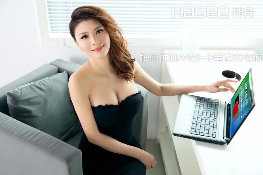 照片中美女使用的笔记本为神舟优雅a420