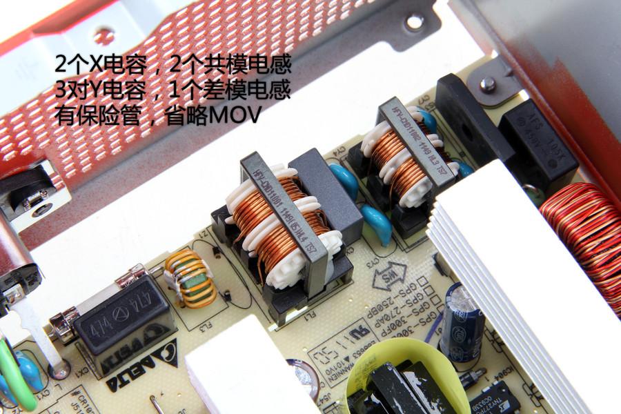 拿到电源先看包装,有3个值得注意的点: 1、12V输出粗壮! 这是迄今为止见过的12V第二大的300瓦电源,高于Intel电源规范60瓦之多,比Intel电源规范中350瓦电源的还高出12瓦。这里也说一下第一名,是航嘉的80PLUS金牌选手,R9 300瓦。两者价格不能同日而语,所以在合理区间中,我们基本买不到12V比Antec BP300P更强壮的300瓦电源了。 2、不送交流输入的电线 以台达代工的水准,这根线是不能随便采购的,不达到一定水平不行,但对于一个300瓦电源而言,为了一根有时可有可无的线要