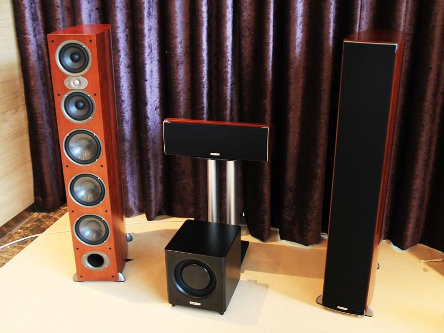 来自普乐之声的一套音响组合,两只高高的落地箱和一只中置高清图片