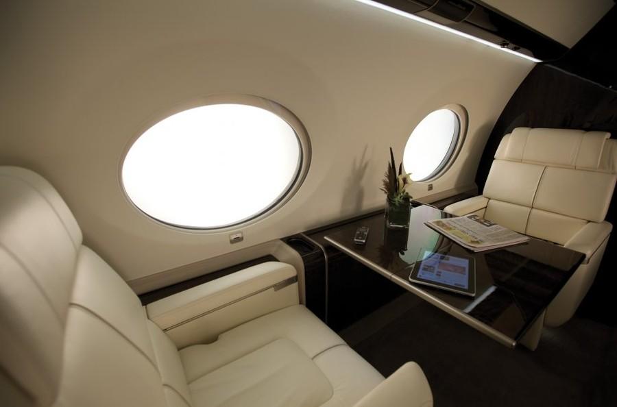 当湾流进入私人飞机领域,它成为该领域中的绝对佼佼者。G650的出现更巩固了湾流的地位,它标价6450万美金,拥有难以想象的技术和奢华。 尽管在2011年4月的测试中,淘汰了四架飞机。但是湾流继续努力,预计在2012年末的时候将推出12架飞机。 尽管这款飞机极致奢华,价格也是相当不菲,但这款飞机却一点都不愁销路。据纽约邮报报道:Oprah Winfrey,Warren Buffet,和Ralph Lauren都想拥有一架G650。虽然不能透露所有购买者的姓名,但是已知的信息显示湾流现已经收到200多张订单了