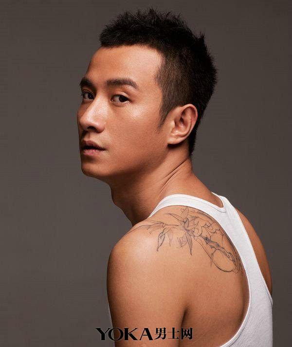 """明星示范:   文章  文章后背的纹身图案为佛手中执的一支竹子,寓意""""掌"""